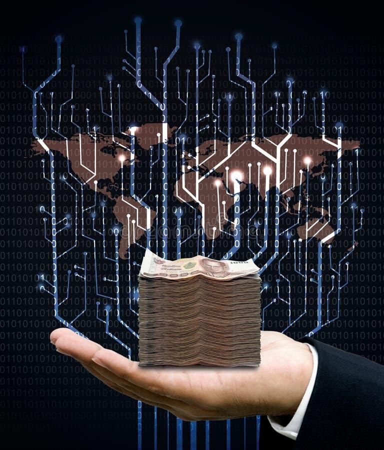 Affärsmannen bär pengar med den digitala trädströmkretsen och världskartan arkivbild