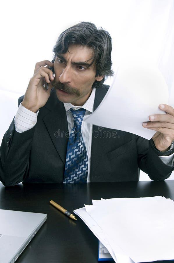 affärsmannen bekymmer telefonrubbning royaltyfri fotografi