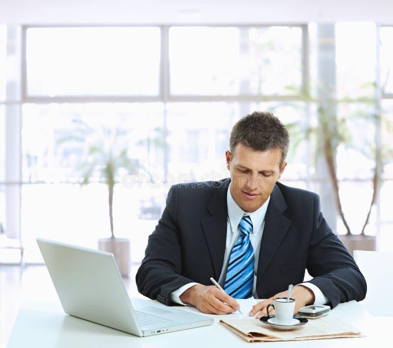 affärsmannen bemärker writing royaltyfri bild