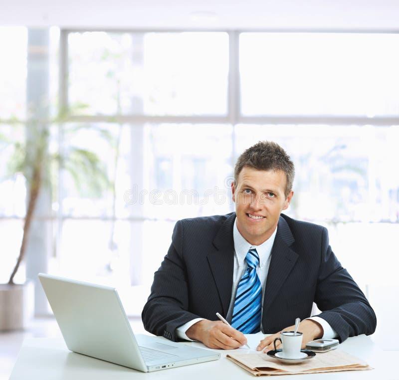 affärsmannen bemärker writing arkivbild