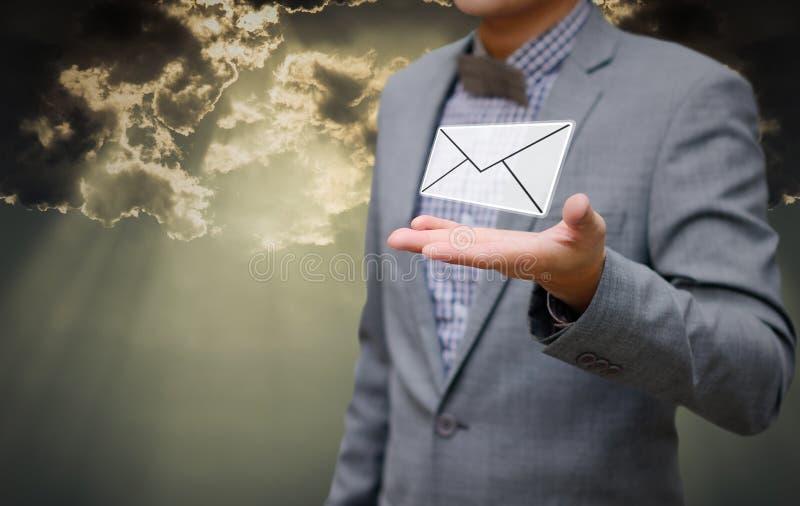 Affärsmannen får emailen i hand med skinande himmel royaltyfri fotografi