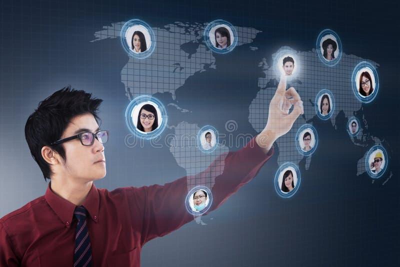 Affärsmannen förbinder på digitalt lagnätverk stock illustrationer