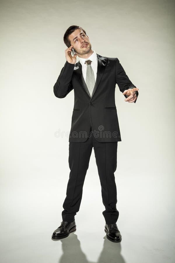 Affärsmannen frågar på telefonen arkivbilder