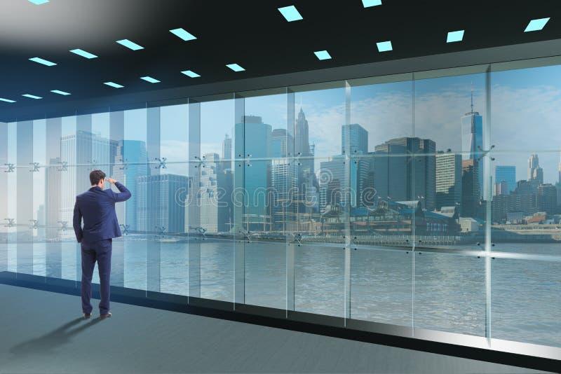 Affärsmannen framme av kontorsfönstret som tänker av nya utmaningar royaltyfria bilder
