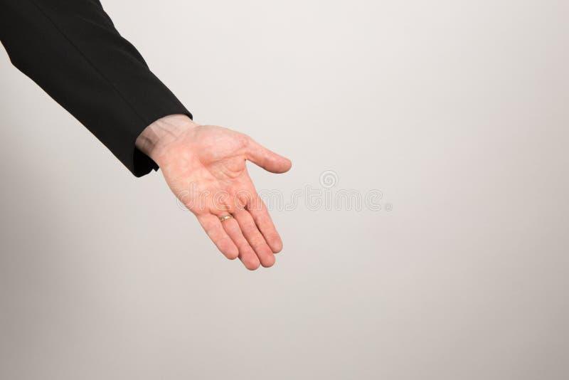 Affärsmannen gömma i handflatan upp och att ge eller visa något royaltyfri bild