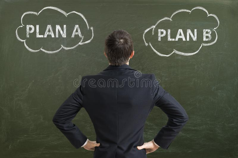 Affärsmannen gör beslut och väljer bästa affärsstrategi arkivbild