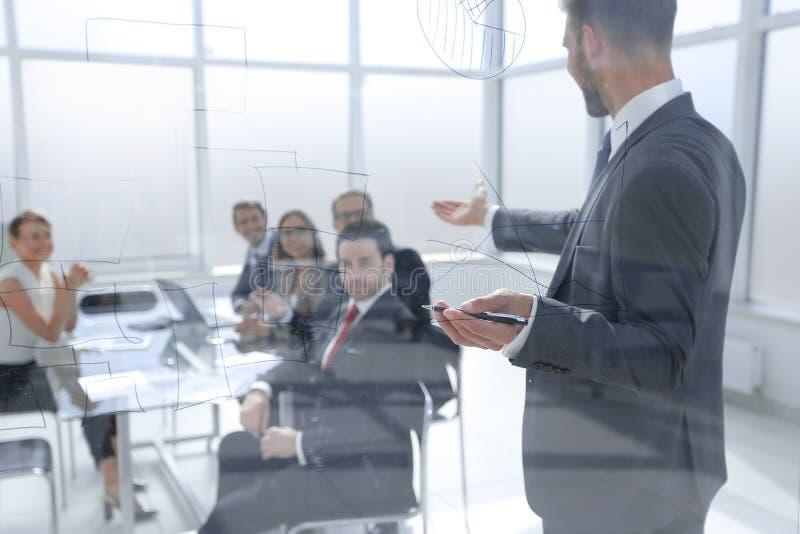 Affärsmannen gör en presentation av ett nytt projekt i ett modernt kontor arkivbilder