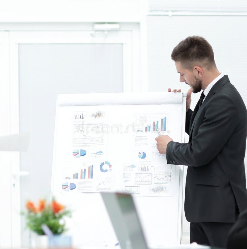 Affärsmannen gör en presentation till hans affärslag royaltyfria bilder