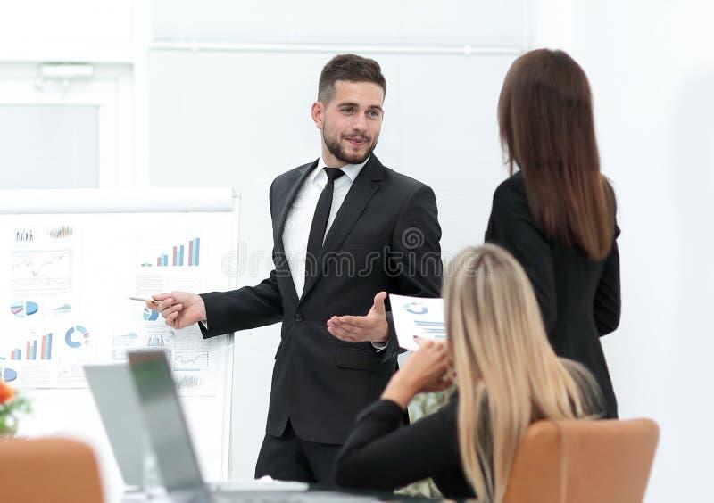 Affärsmannen gör en presentation till hans affärslag arkivbilder