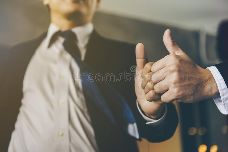 Affärsmannen gavs tummar-upp och komplimang från hans framstickande arkivfoto
