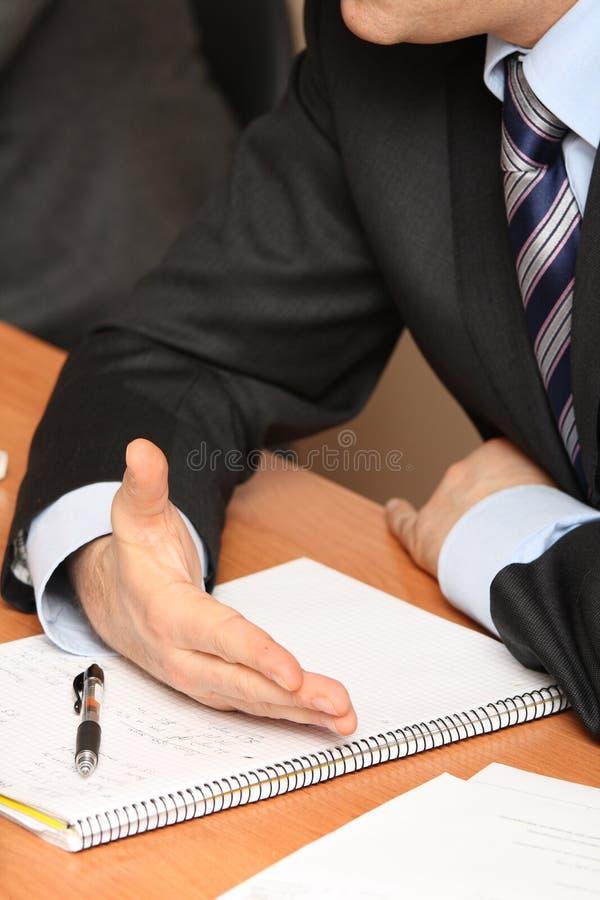 affärsmannen hands anteckningsbok fotografering för bildbyråer