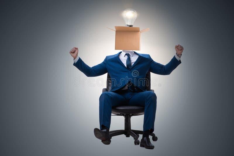 Affärsmannen, i att tänka ut ur askbegrepp arkivfoto