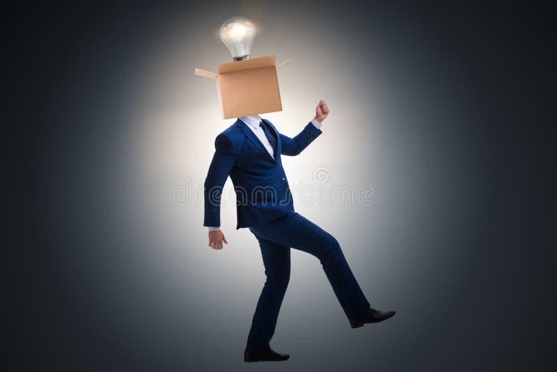 Affärsmannen, i att tänka ut ur askbegrepp arkivfoton
