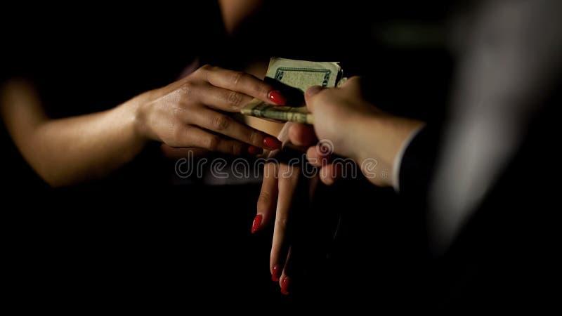 Affärsmannen i bilen som ger pengar till sköka som är olaglig könsbestämmer handel, kvinnlig eskort royaltyfri fotografi