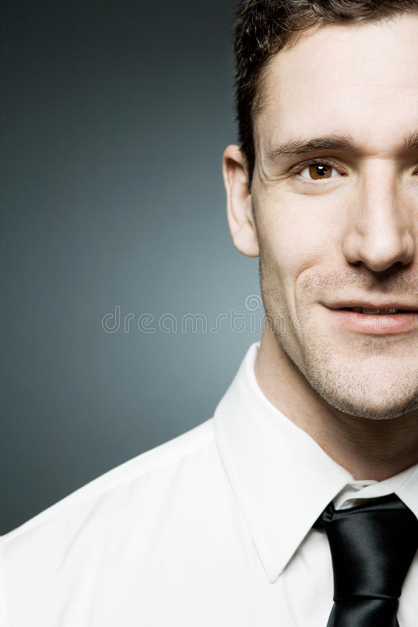 Affärsmannen i den vita skjortan i säkert poserar. royaltyfria bilder