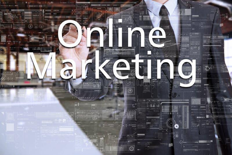 Affärsmannen i kontoret skriver på det genomskinliga brädet: Online-marknadsföring royaltyfri bild