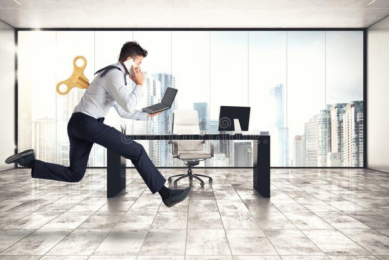 Affärsmannen kör för arbete, utan att få trött med extra energi royaltyfria foton