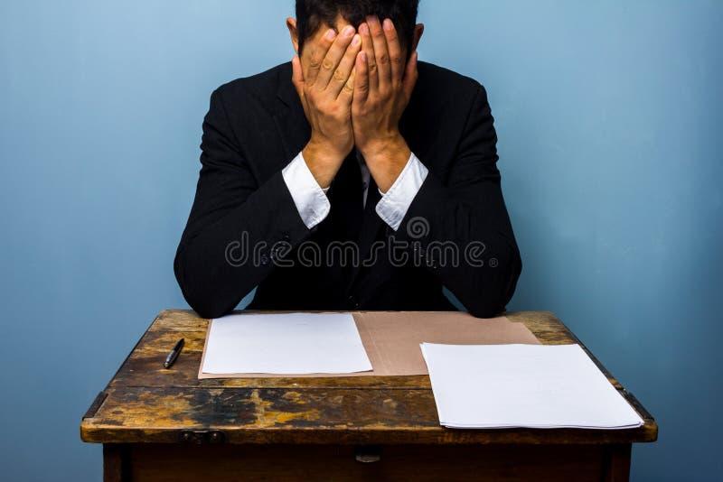 Affärsmannen kan inte avgöra vad för att göra arkivbilder