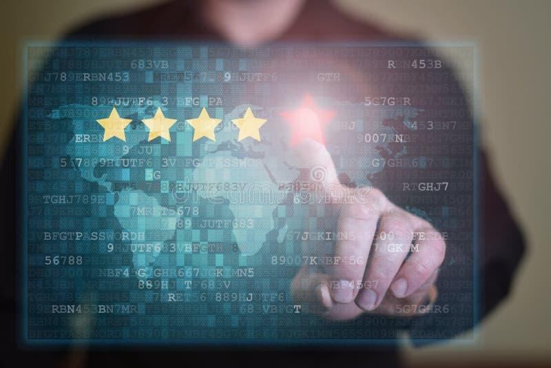 Affärsmannen klickar på fem röda stjärnor för att öka värdering Granskning, förhöjningvärdering eller rang-, utvärderings- och kl fotografering för bildbyråer