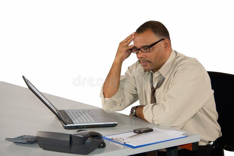affärsmannen koncentrerade bärbar datorsitting royaltyfri bild