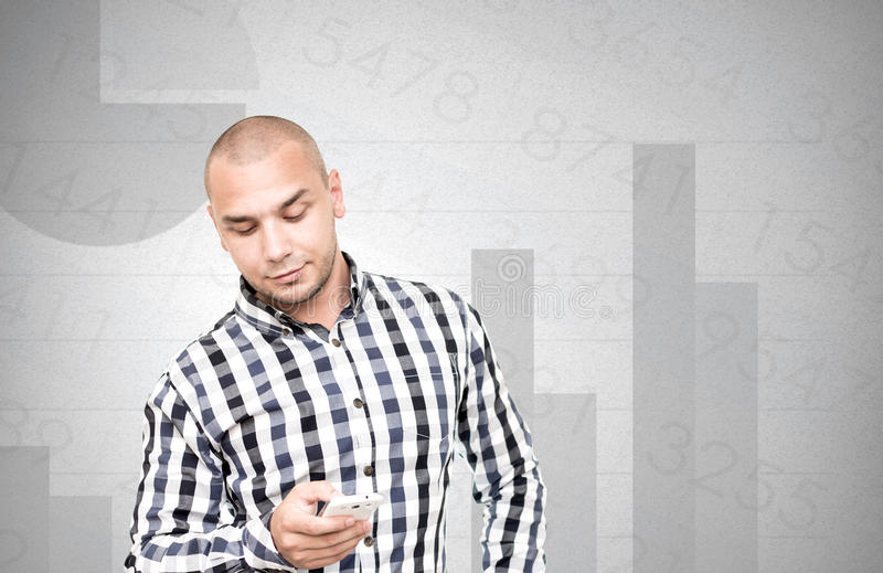 Affärsmannen kontrollerar den finansiella analysen på smartphonen arkivfoto