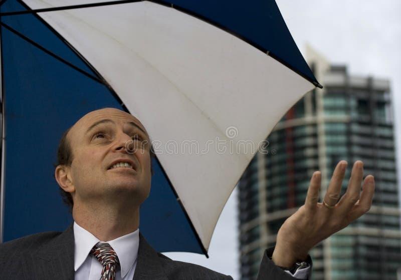 affärsmannen kontrollerar regn royaltyfria foton