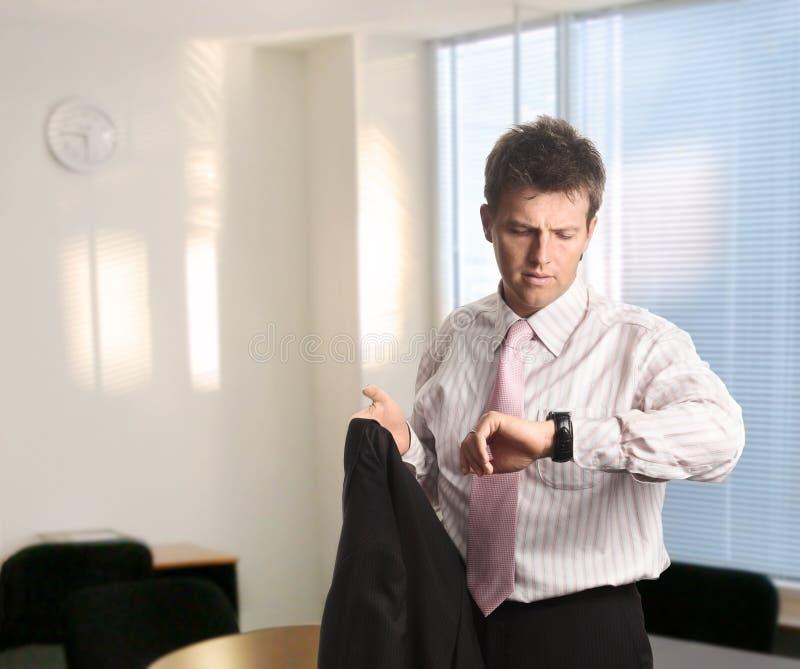 affärsmannen kontrollerar tid royaltyfri bild