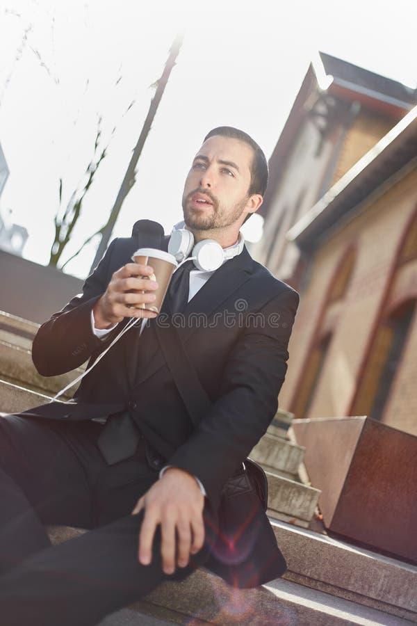 Affärsmannen kopplar av med ett kaffe fotografering för bildbyråer