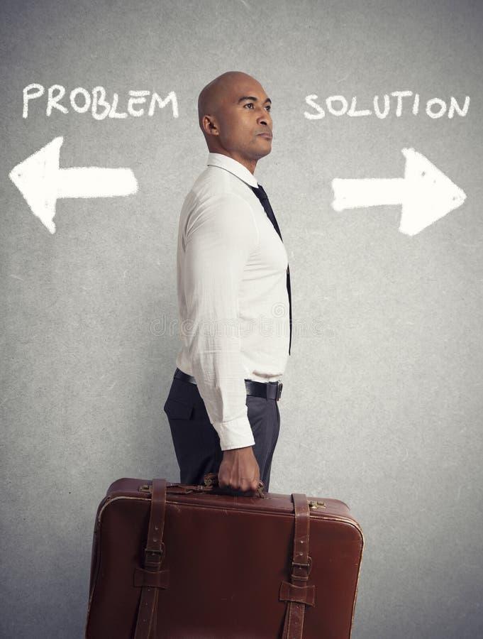 Affärsmannen måste välja mellan olika destinationer begrepp av den svåra karriären arkivfoton