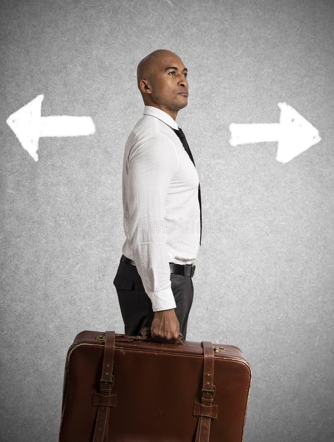 Affärsmannen måste välja mellan olika destinationer begrepp av den svåra karriären royaltyfri bild