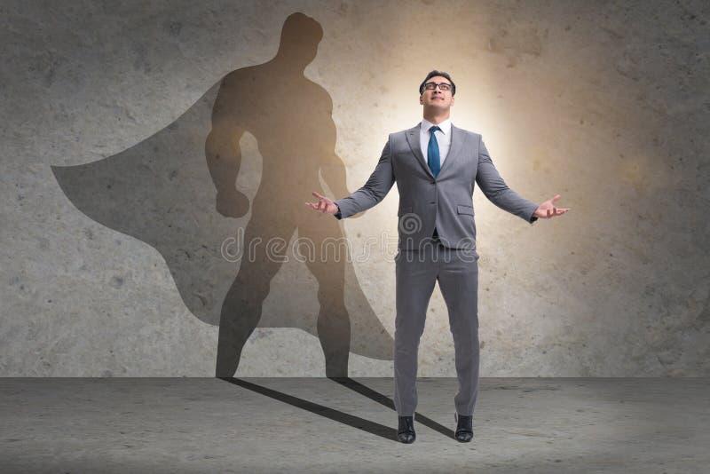 Affärsmannen med ambition av den passande superheroen royaltyfri fotografi