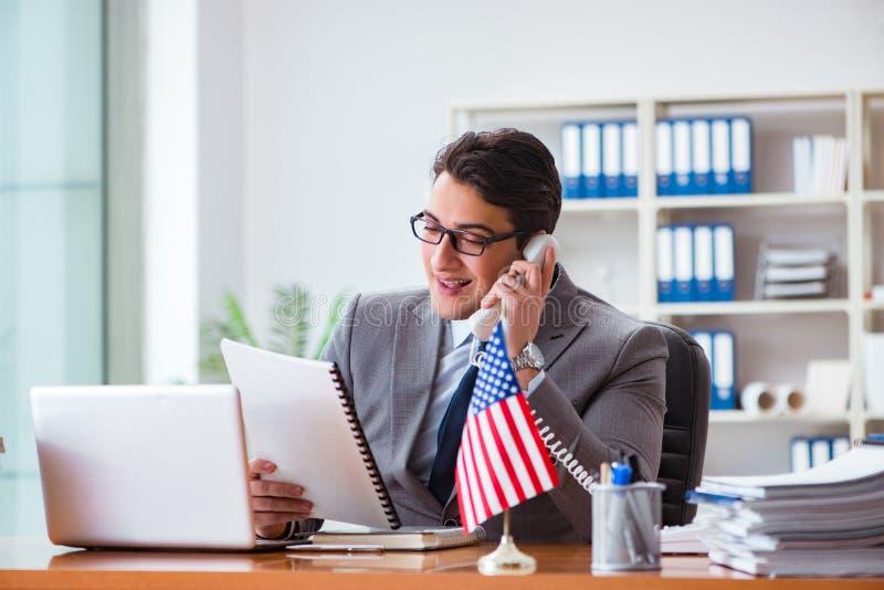 Affärsmannen med amerikanska flaggan i regeringsställning arkivfoto
