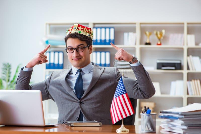 Affärsmannen med amerikanska flaggan i regeringsställning arkivfoton
