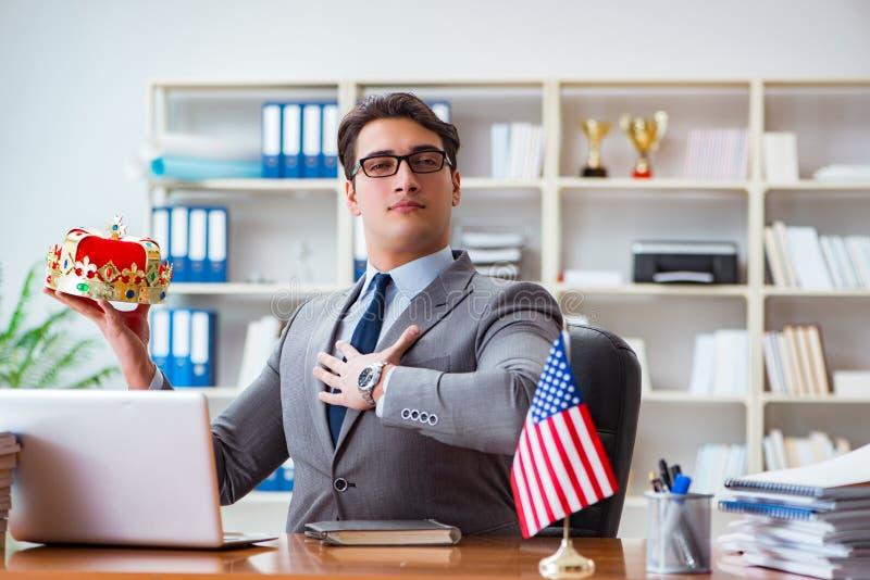 Affärsmannen med amerikanska flaggan i regeringsställning arkivbilder