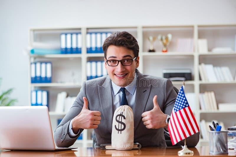 Affärsmannen med amerikanska flaggan i regeringsställning royaltyfri foto