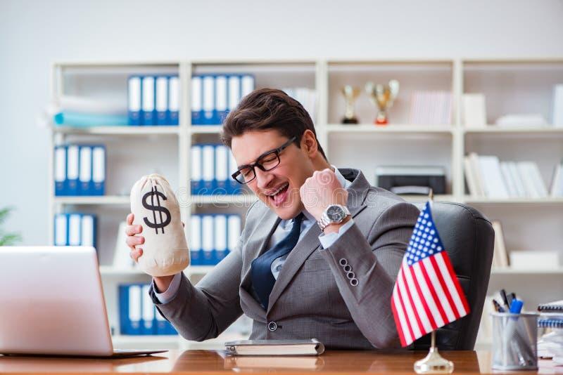 Affärsmannen med amerikanska flaggan i regeringsställning royaltyfri bild