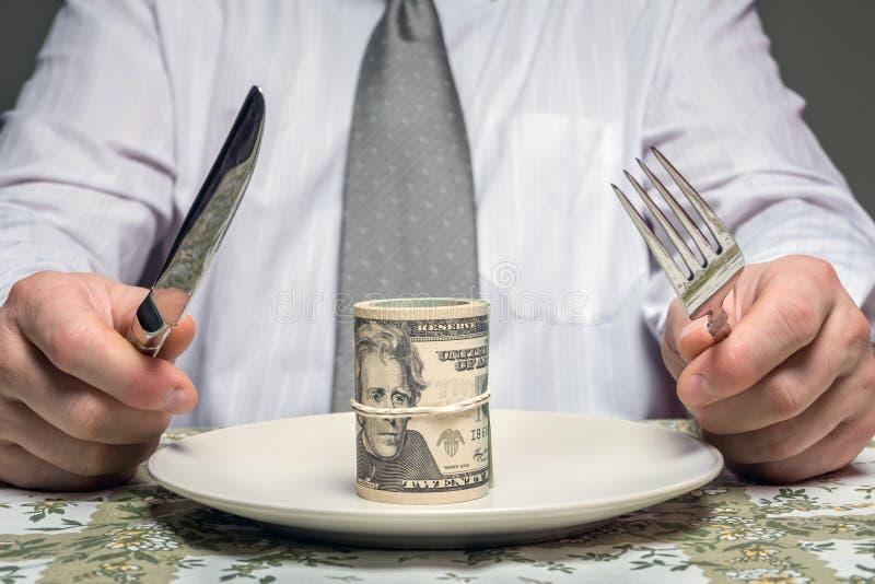 Affärsmannen med bunten av dollar tjänade som på plattan royaltyfri fotografi