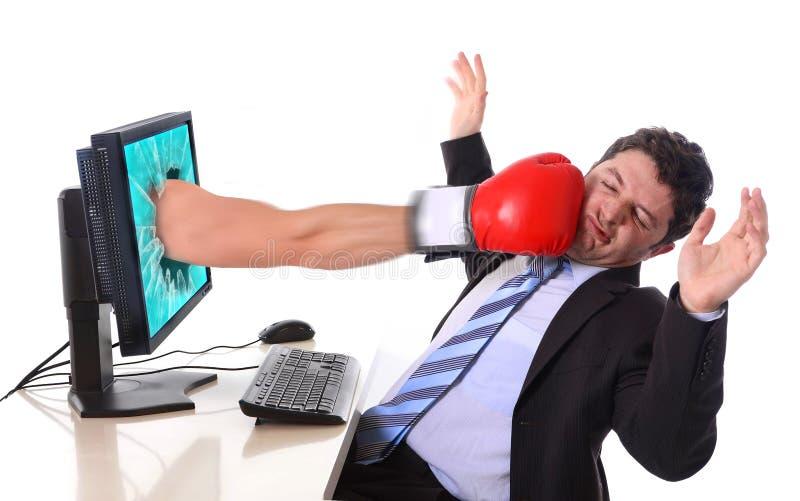 Affärsmannen med datoren slogg vid boxninghandsken arkivbild