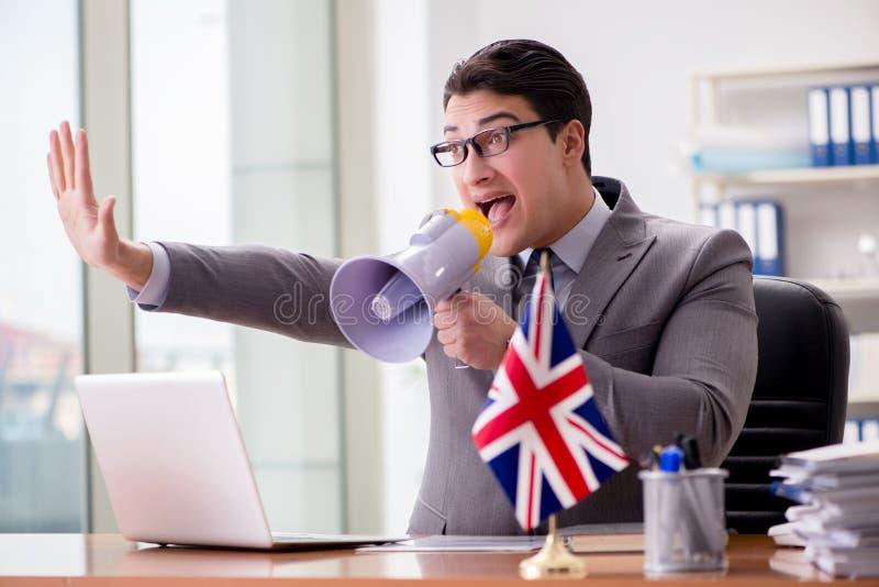 Affärsmannen med den brittiska flaggan i kontoret royaltyfri fotografi