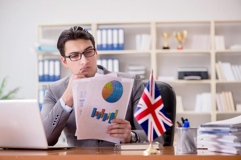 Affärsmannen med den brittiska flaggan i kontoret arkivbilder