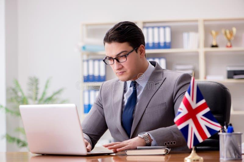 Affärsmannen med den brittiska flaggan i kontoret fotografering för bildbyråer