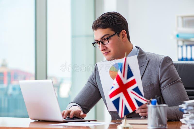 Affärsmannen med den brittiska flaggan i kontoret royaltyfri bild