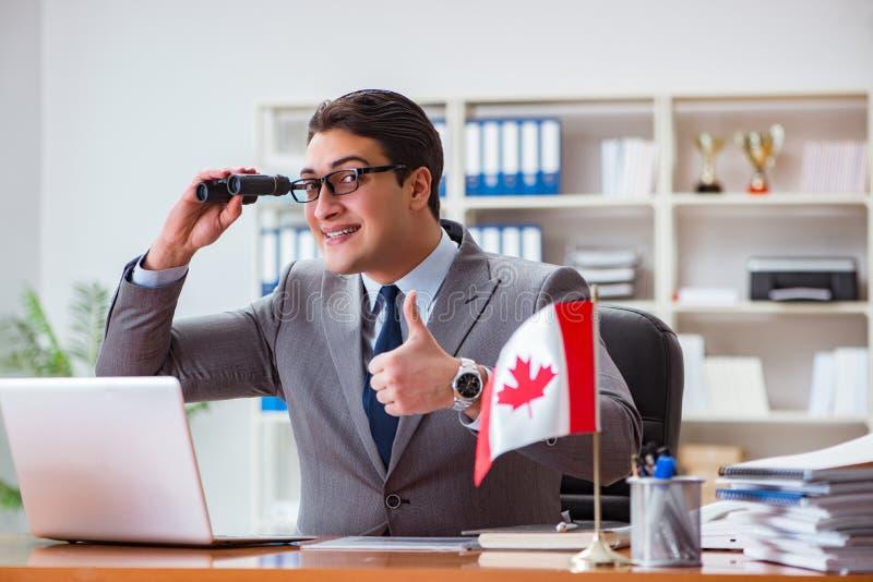 Affärsmannen med den kanadensiska flaggan i regeringsställning fotografering för bildbyråer