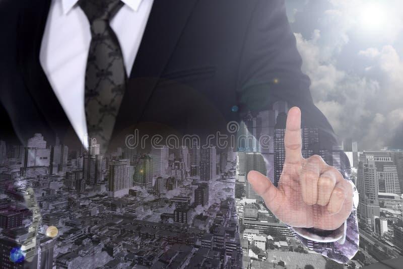 Affärsmannen med dräktpunktpekfingret som ska tryckas på, scheen med c arkivfoton