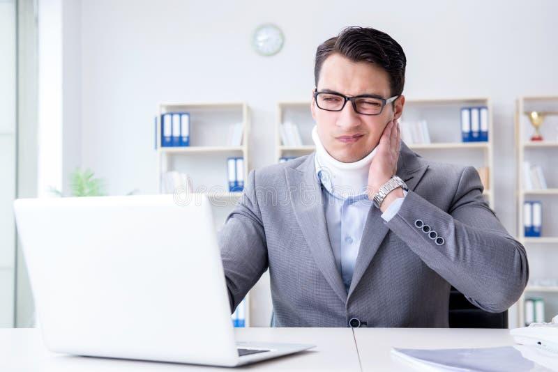 Affärsmannen med halsskadan som arbetar i kontoret arkivfoton
