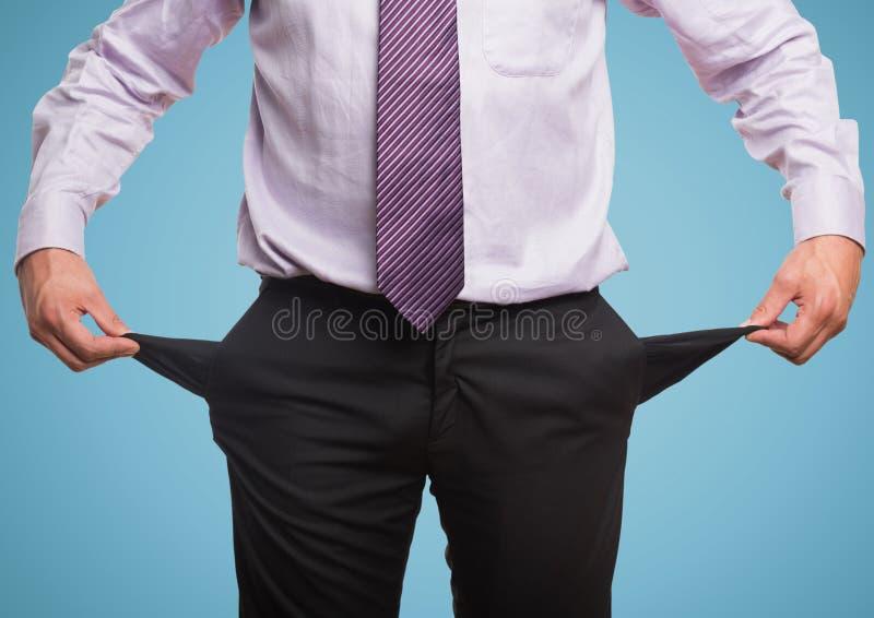 Affärsmannen med rosa färger passar och tömmer facket, blå bakgrund arkivbilder
