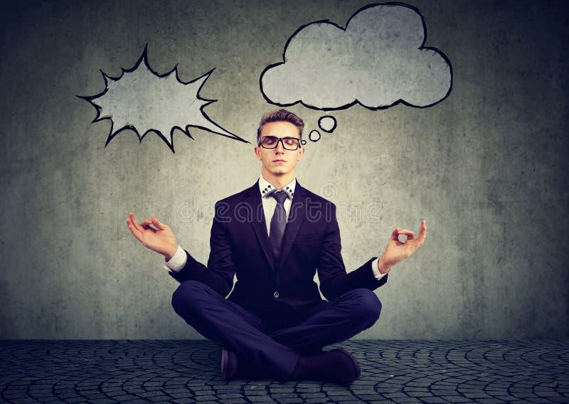 Affärsmannen mediterar för att avlösa spänning av upptaget företags liv arkivbild