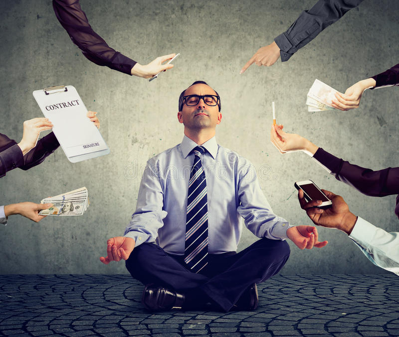 Affärsmannen mediterar för att avlösa spänning av upptaget företags liv royaltyfri bild