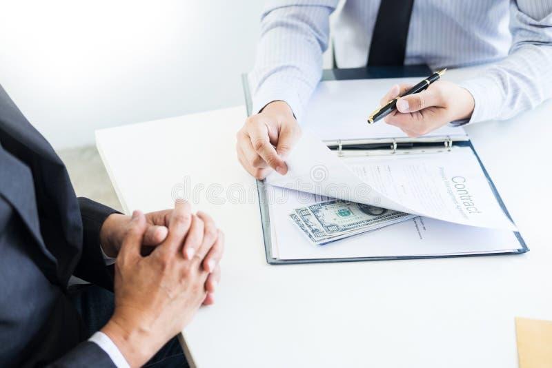 Affärsmannen mottar pengar i kuvertet erbjöd i mappen som tar mutan och undertecknar ett avtal - anti-bestickning och korruption arkivbild