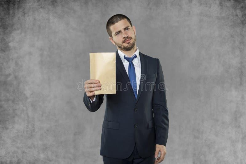 Affärsmannen mottog ett kuvert med en muta royaltyfri fotografi